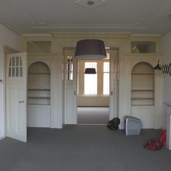 Dit appartement kenmerkt zich door verschillende originele en authentieke details zoals de kamer en suite, het fraaie glas in lood, de schouwen en paneeldeuren. Deze fraaie woning ligt in het Museumkwartier vlakbij de Van Baerlestraat en de P.C. Hoofdstraat.